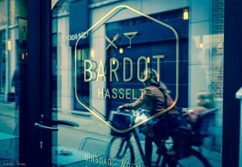 Glazen deur met logo Bardot