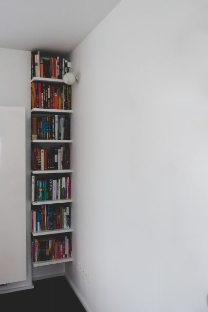 Plafondhoge boekenkast in een nis