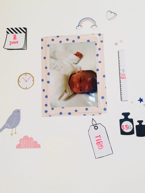 Geboortekaartje tegen de muur