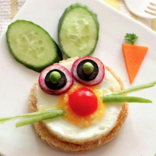 Gezonde boterham met ei en groentjes