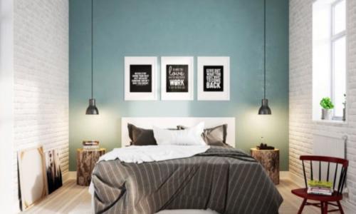 Blauwe muur achter bed