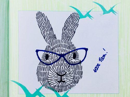 konijn met streepjes en bril