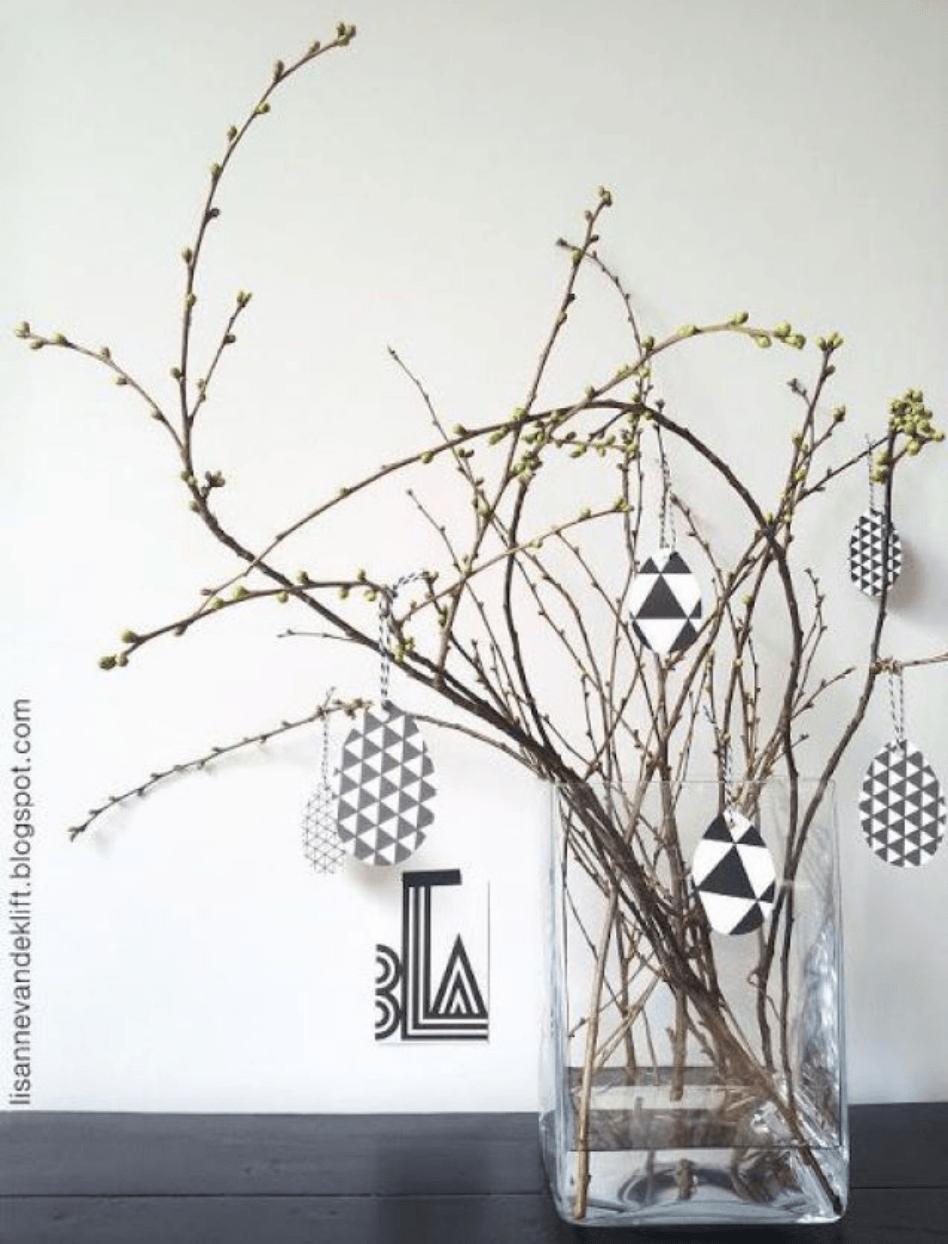 Vaas met versierde twijgen_decoratie Pasen