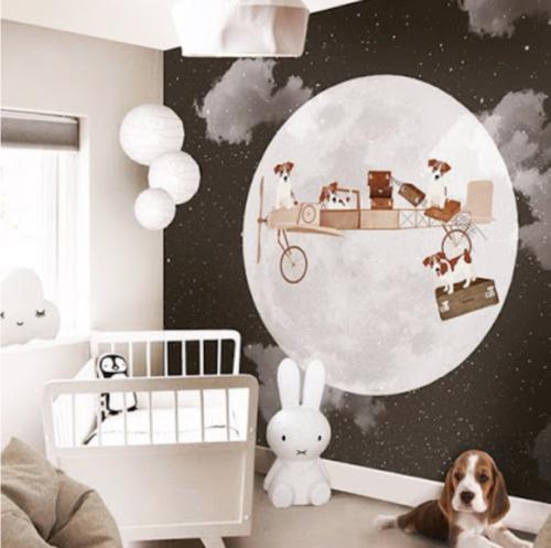 Babykamer met behangpapier
