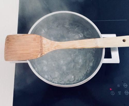 Kookpot met houten lepel