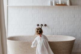 badkamer met kind