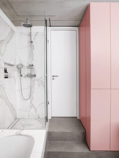 badkamer met kolomkasten
