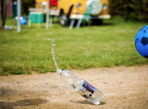 voetbal met plastic fles