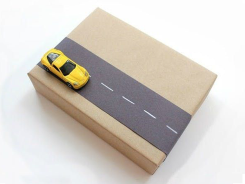 Cadeautjes inpakken_rijweg met auto