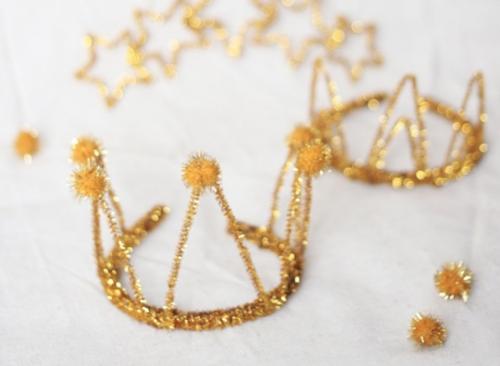 Gouden kroon van pijpenragers en pompons_verjaardagskroon