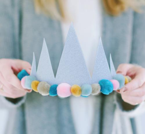 Zilveren kroon met pompons_verjaardagskroon