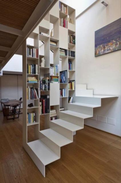 Metalen witte trap met boekenrek